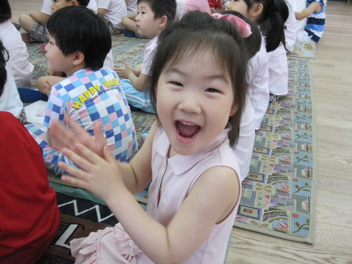 a korean child clapping